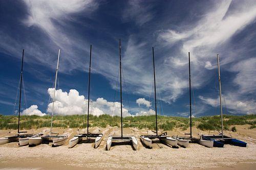 catamaran op het strand van Ilya Korzelius