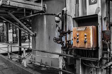 Oud bedieningspaneel in oude fabriek van Patrick Verhoef