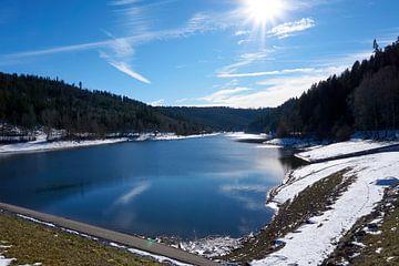 Prachtig panoramisch uitzicht op de Nagoldtalsperre met water, zon, sneeuw en blauwe lucht van creativcontent