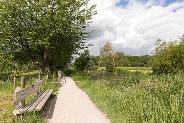 Bankje langs het zonnige jaagpad langs de Kromme Rijn van Marijke van Eijkeren