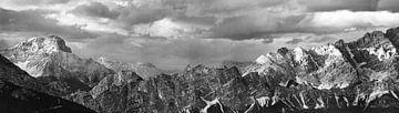 Panorama Dolomiten monochrom von Maarten Visser