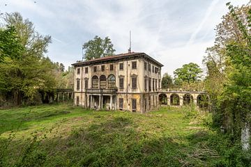 Verwachsene Villa von Matthis Rumhipstern