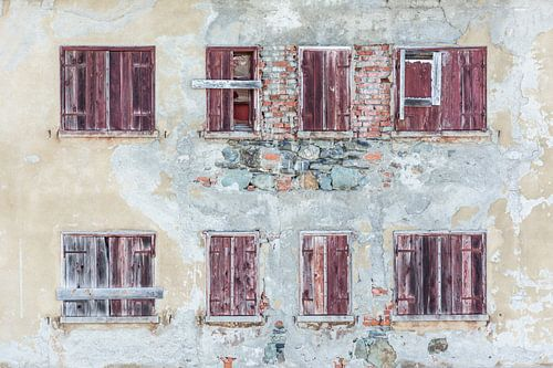 Haus mit roten Fensterläden von Kok and Kok