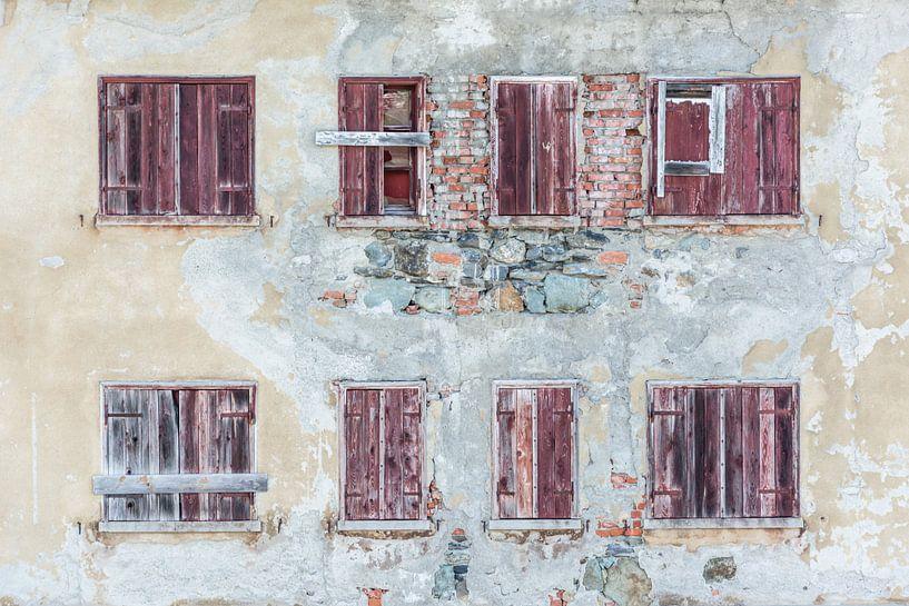 Huis met rode luiken van Kok and Kok