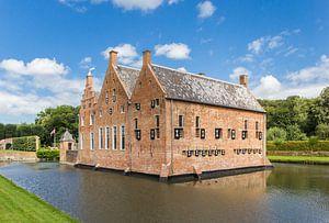 Historische Menkemaborg  in de gracht in Uithuizen, Groningen van Marc Venema