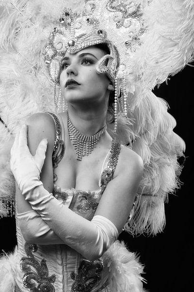 Burlesque sexy Showgirl als Pinup in Schwarz-Weiß mit schönen Details von Atelier Liesjes