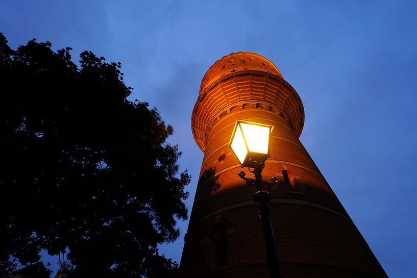 Watertoren aan de Lauwerhof in Utrecht (3) van Donker Utrecht