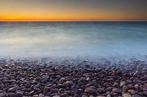 Kei strand bij zonsondergang van