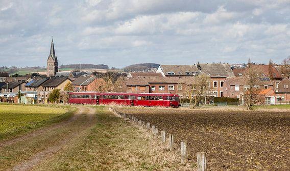 Oude Railbus door het dorpje Bocholtz