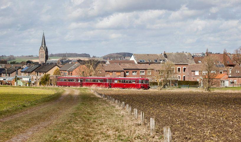 Oude Railbus door het dorpje Bocholtz van John Kreukniet