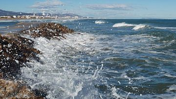 Vagues dans le ressac de la Méditerranée sur la Costa Blanca