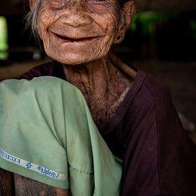 Portrait d'une vieille dame authentique en Indonésie sur Ellis Peeters