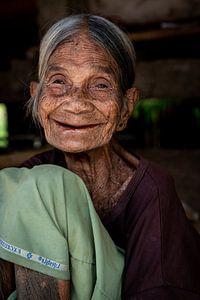Portret van een authentiek oud vrouwtje in Indonesië van Ellis Peeters