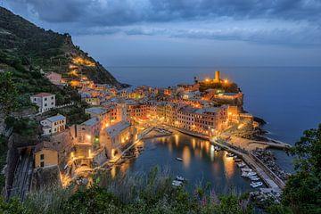 Avonden in Vernazza, Cinque Terre van Michael Valjak