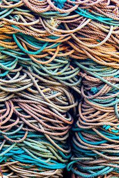 Stapel gekleurde trossen in haven.  Wout Kok One2expose van Wout Kok