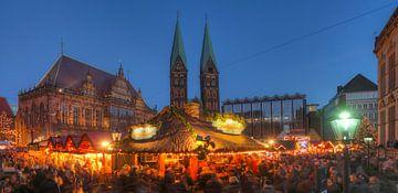 Oud stadhuis met Sint-Pieterskathedraal en kerstmarkt op het marktplein in Abendd�mmerung, Bremen, D van Torsten Krüger