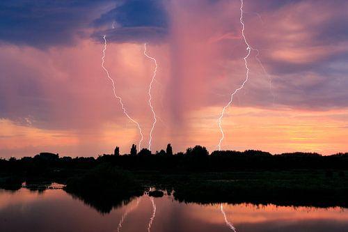 Drievoudige bliksem aan de Linge bij zonsondergang