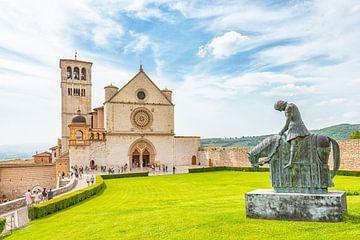 Sint-Franciscusbasiliek en standbeeld in Asssi, Italië van Jenco van Zalk