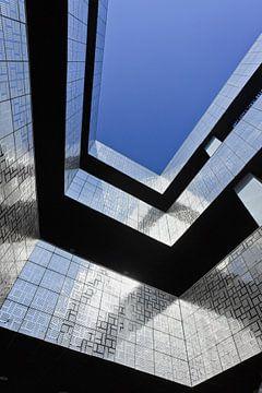 Une architecture frappante avec des tuiles brillantes et un ciel bleu sur Tony Vingerhoets