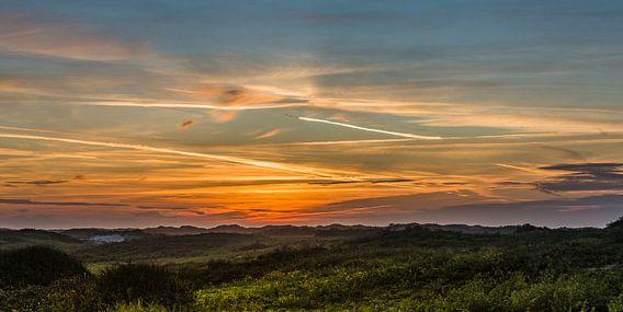zonsondergang boven de duinen in zeeland