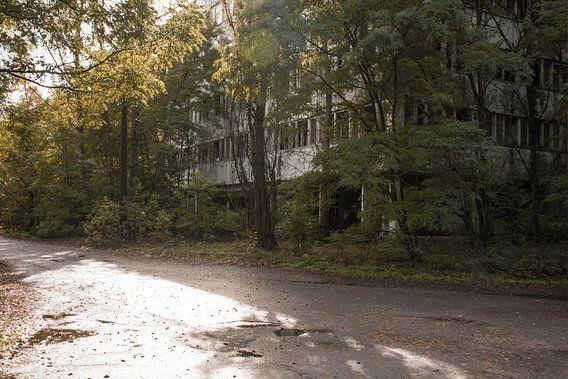 Straat in Pripyat van Tim Vlielander
