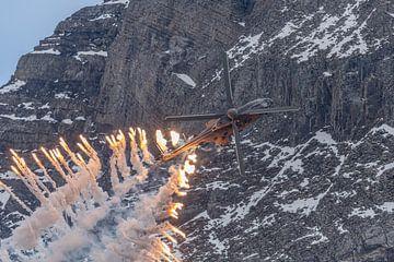 Flares! Een AS 532 UL Cougar helikopter van de Zwitserse Luchtmacht vuurt een flink aantal flares af van Jaap van den Berg