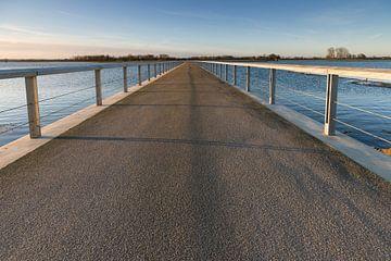 Langer Pfeiler oder Fußgängerbrücke im niederländischen Polder von Fotografiecor .nl