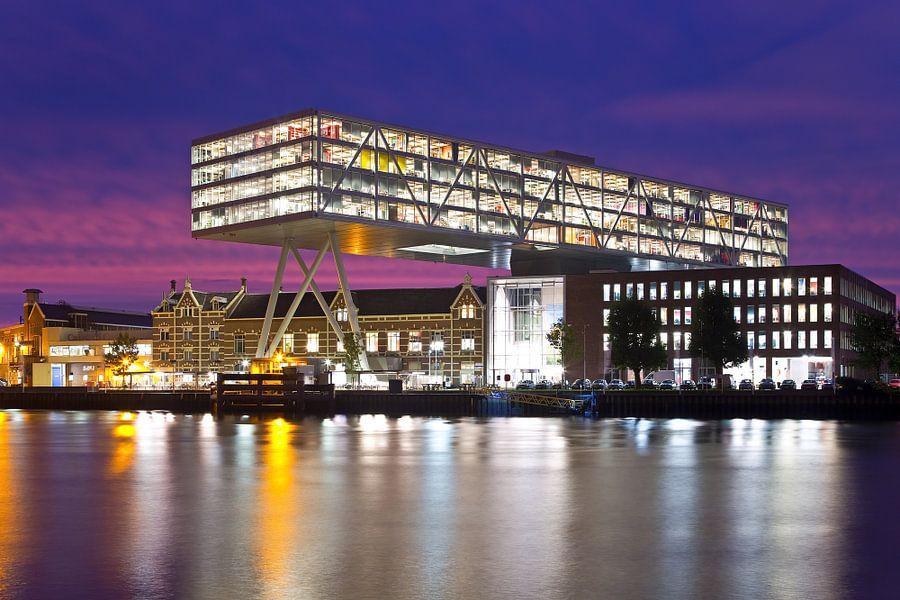 """Zonsopkomst bij Unilever """"De Brug"""" te Rotterdam van Anton de Zeeuw"""
