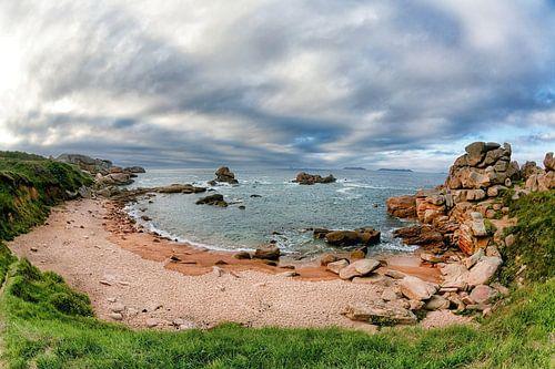 Baai aan de kustlijn bij Ploumanac'h in Bretagne, Frankrijk