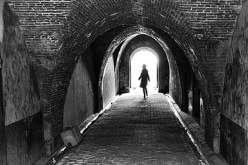 Silhouette van vrouw in werfkelder. Wout Kok One2expose van