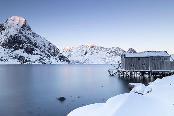 Vissershuisje aan een Noors meer