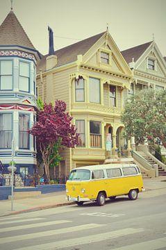 Oud geel busje in de Pacific Heights buurt van San Francisco van Carolina Reina
