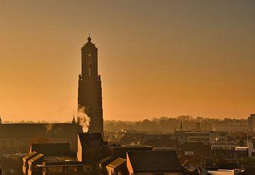 De morgenstond en een mistige sfeer met de Martinus kerk in Weert van JM de Jong-Jansen