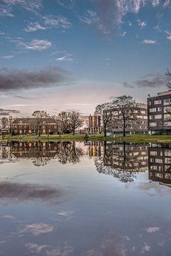 Canal de la ville et infirmerie de Leeuwarden juste avant le coucher du soleil sur Harrie Muis