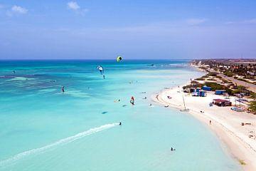 Luftaufnahme des Kitesurfens auf Aruba in der Karibik von Nisangha Masselink