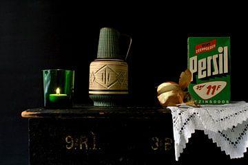 Foto van een stilleven met groene retro spulletjes. van Therese Brals