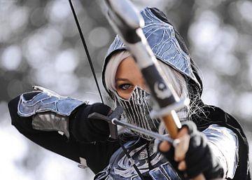 Vrouw in cosplay met boog en pijl