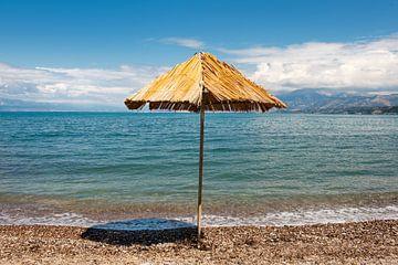 Griekse kust met strooien parasol van Ivonne Wierink