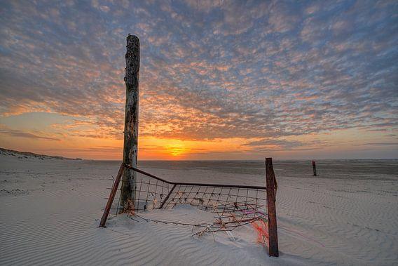 Het Noordzee strand van Terschelling bij zonsondergang