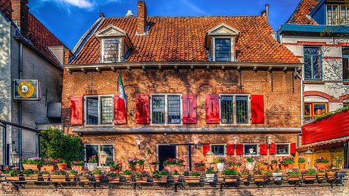 Oudhollands gebouw in Amersfoort  met rode luiken