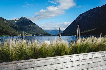 Uitzicht vanaf de oever in Pertisaus tot aan de Achensee in Tirol van S Amelie Walter