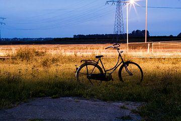 Fiets langs snelweg van Chris Tijsmans