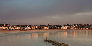 Het Bretonse havenstadje Erquy in het avondlicht van