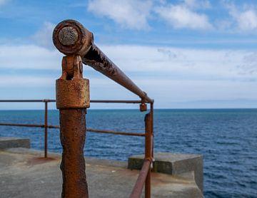 Rostiges Geländer am Meer von Saskia Pasman