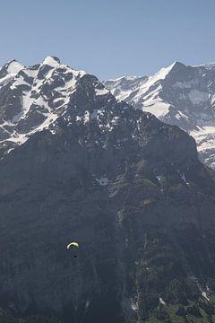 Paraglider in de bergen, Zwitserland. van Sasja van der Grinten