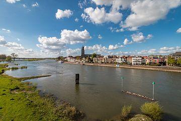 Rivier de IJssel met de skyline van Deventer van VOSbeeld fotografie