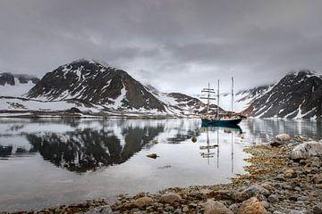 Die Antigua in einer Bucht auf Spitzbergen von Joy van der Beek