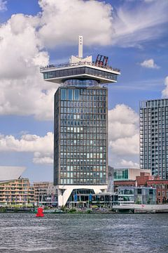 Touristic Amsterdam Turm gegen einen sonnigen blauen Himmel von Tony Vingerhoets