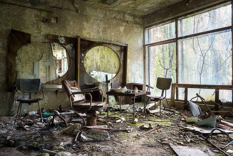 Kapper in Pripyat - Chernobyl. van Roman Robroek