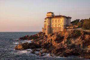 Kasteel aan de kust met mooi warm avondlicht van